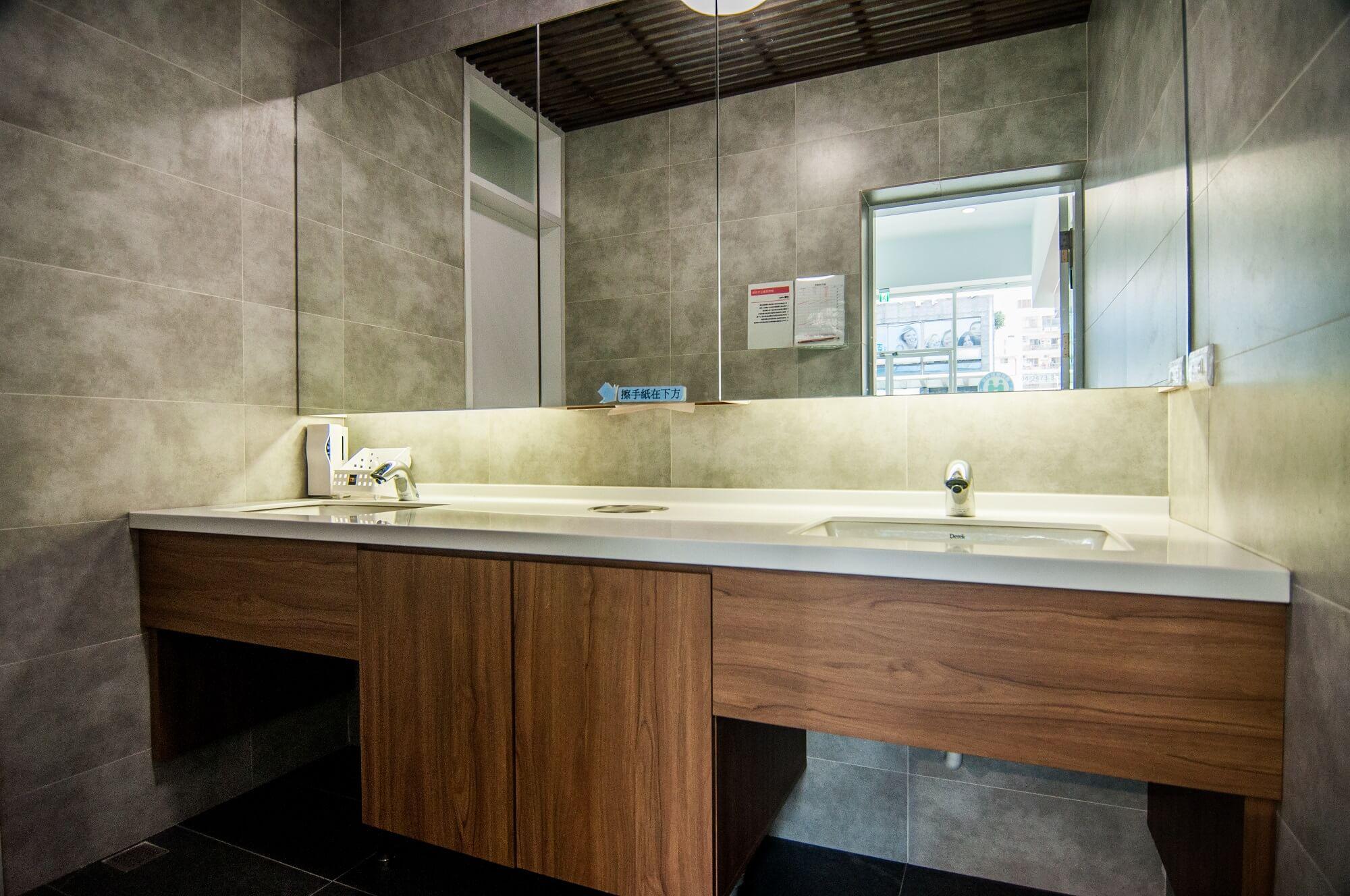 正百牙醫 潔淨的洗手間